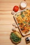 Pastei van de kippen de plantaardige kaas op de houten achtergrond Royalty-vrije Stock Fotografie