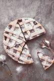 Pastei van de rooster de hoogste kers met gepoederde suiker stock afbeelding