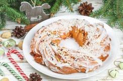 Pastei van het Kerstmis de nieuwe jaar met kaneel, amandelen, hazelnoten en droge Amerikaanse veenbessen stock afbeeldingen