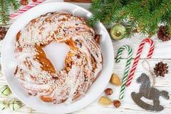 Pastei van het Kerstmis de nieuwe jaar met kaneel, amandelen, hazelnoten en droge Amerikaanse veenbessen stock foto's