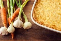 Pastei van oven de eigengemaakte herders met kaasachtige fijngestampte aardappels Stock Afbeelding