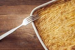 Pastei van oven de eigengemaakte herders met kaasachtige fijngestampte aardappels Stock Foto's