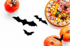 Pastei voor Halloween met kleverige spinnen dichtbij pompoenen en document knuppels op witte hoogste mening als achtergrond Stock Foto's