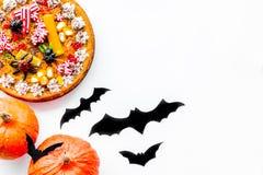 Pastei voor Halloween met kleverige spinnen dichtbij pompoenen en document knuppels op witte hoogste mening als achtergrond copys Royalty-vrije Stock Foto's