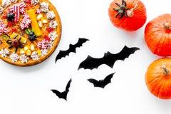 Pastei voor Halloween met kleverige spinnen dichtbij pompoenen en document knuppels op witte hoogste mening als achtergrond Stock Afbeeldingen