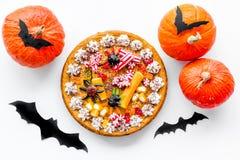 Pastei voor Halloween met kleverige spinnen dichtbij pompoenen en document knuppels op witte hoogste mening als achtergrond Royalty-vrije Stock Afbeeldingen