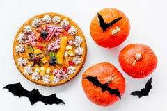 Pastei voor Halloween met kleverige spinnen dichtbij pompoenen en document knuppels op witte hoogste mening als achtergrond Royalty-vrije Stock Foto