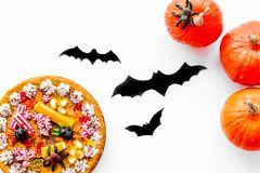 Pastei voor Halloween met kleverige spinnen dichtbij pompoenen en document knuppels op witte hoogste mening als achtergrond Stock Afbeelding