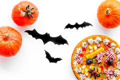 Pastei voor Halloween met kleverige spinnen dichtbij pompoenen en document knuppels op witte hoogste mening als achtergrond Royalty-vrije Stock Foto's