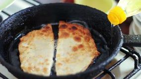 Pasteien cheburek met vlees in zonnebloemolie wordt gebraden in pan die stock video