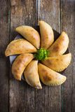 Pasteien met vlees en groenten worden gevuld die Royalty-vrije Stock Afbeelding