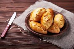Pasteien met vlees en groenten worden gevuld die Royalty-vrije Stock Foto's