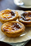 Pasteis de Belém oder portugiesische Vanillepudding-Törtchen Lizenzfreie Stockfotografie