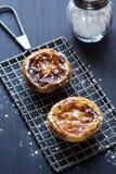Pasteis de Nata, или португальские пироги заварного крема, на охладительной решетке Стоковая Фотография RF
