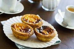 Pasteis de Nata o tartas portuguesas de las natillas en café Imagen de archivo