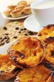 Pasteis de nata och pasteis de feijao, typisk portugisisk pastri Arkivbild