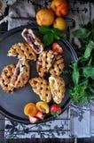 Pasteitjes met een rooster van deeg wordt gemaakt dat Vullend van aardbeien, abrikozen, nectarines, perziken, kersen stock fotografie