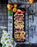 Pasteitjes met een rooster van deeg wordt gemaakt dat Vullend van aardbeien, abrikozen, nectarines, perziken, kersen Op een grill stock foto's
