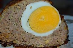 Pastelão com ovo cozido para dentro foto de stock