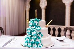 Pastel de bodas adornado con las flores Foto de archivo