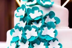 Pastel de bodas adornado con las flores Fotos de archivo libres de regalías