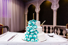 Pastel de bodas adornado con las flores Fotografía de archivo libre de regalías