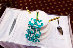 Pastel de bodas adornado con las flores Imagen de archivo libre de regalías