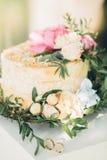Pastel de bodas adornado con las flores frescas Fotos de archivo libres de regalías