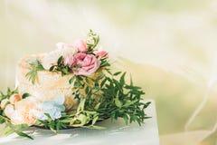 Pastel de bodas adornado con las flores frescas Imagen de archivo