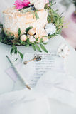 Pastel de bodas adornado con las flores frescas Imagenes de archivo