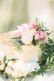 Pastel de bodas adornado con las flores frescas Fotos de archivo