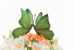 Pastel de bodas adornado con las flores y la mariposa Fotografía de archivo libre de regalías