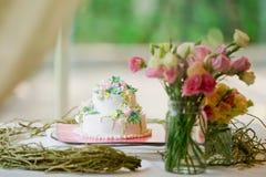 Pastel de bodas adornado con las rosas Imagen de archivo libre de regalías