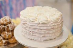 Pastel de bodas adornado con las rosas en la tabla Imagen de archivo