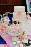 Pastel de bodas adornado con las rosas rojas Imágenes de archivo libres de regalías