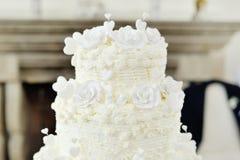 Pastel de bodas adornado con las rosas y los corazones Imagen de archivo libre de regalías