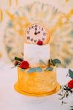 Pastel de bodas adornado con los relojes y las flores cerca para arriba Fotos de archivo