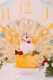 Pastel de bodas adornado con los relojes y las flores cerca para arriba Imagenes de archivo
