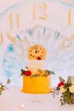Pastel de bodas adornado con los relojes y las flores cerca para arriba Imagen de archivo libre de regalías