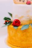 Pastel de bodas adornado con los relojes y las flores cerca para arriba Foto de archivo libre de regalías