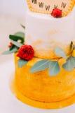 Pastel de bodas adornado con los relojes y las flores cerca para arriba Fotos de archivo libres de regalías