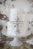 Pastel de bodas blanco con la decoración de plata Foto de archivo libre de regalías