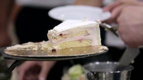 Pastel de bodas blanco con servicios en el banquete de boda almacen de video