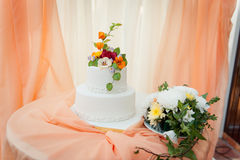 Pastel de bodas blanco delicioso hermoso Foto de archivo libre de regalías