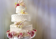 Pastel de bodas blanco grande adornado Imagen de archivo