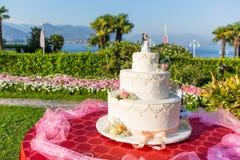 Pastel de bodas blanco hermoso al aire libre Fotografía de archivo libre de regalías