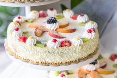 Pastel de bodas blanco hermoso con las frutas Fotos de archivo
