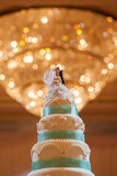 Pastel de bodas con el bokeh Imagen de archivo