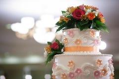 Pastel de bodas con el bokeh Imagenes de archivo