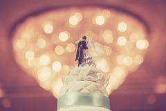 Pastel de bodas con el fondo del bokeh Imagenes de archivo